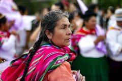Donna peruviana indigena che indossa i vestiti tradizionali andini fotografia stock