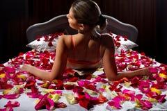 Donna in petali del fiore Fotografie Stock Libere da Diritti