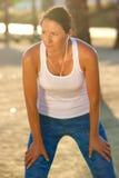 Donna più anziana attiva che riposa dopo l'allenamento Immagini Stock Libere da Diritti