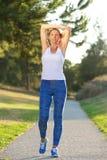 Donna più anziana in buona salute che allunga i muscoli dopo l'allenamento Fotografia Stock