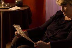 Donna più anziana che legge una lettera fotografia stock libera da diritti