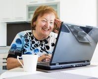 Donna più anziana con un computer Immagini Stock