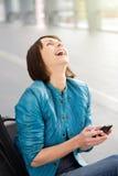 Donna più anziana di risata con il telefono cellulare Immagine Stock