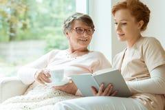 Donna più anziana felice fotografia stock