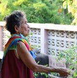 Donna più anziana felice dell'Asia in blusa tailandese locale di stile Immagine Stock