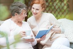 Donna più anziana in giardino immagini stock