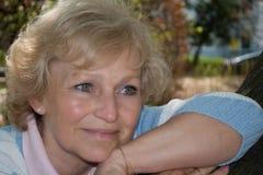 Donna più anziana in parco Fotografia Stock