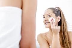 Donna piacevole che pulisce i suoi denti fotografie stock libere da diritti