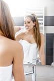 Donna piacevole che pulisce i suoi denti immagine stock libera da diritti