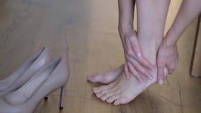 Donna, piede, stanco, gonfiamento, scarpe Donna che fa massaggio di auto video d archivio