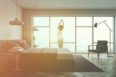 Donna in pigiami in camera da letto panoramica royalty illustrazione gratis
