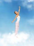 Donna in pigiami che fanno esercizio di mattina Fotografia Stock Libera da Diritti