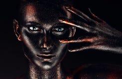 Donna in pittura con la mano prima del fronte Fotografia Stock