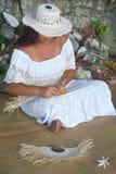 Donna polinesiana di Islander del cuoco che tesse un ventaglio a Rarotonga C fotografie stock libere da diritti