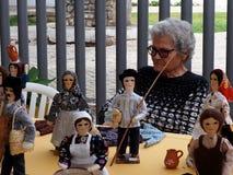 Donna portoghese anziana che vende le bambole fotografie stock
