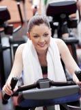 Donna positiva che fa le esercitazioni in un centro sportivo Fotografie Stock Libere da Diritti