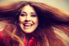 Donna positiva felice con capelli marroni lunghi Immagini Stock Libere da Diritti