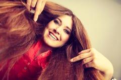 Donna positiva felice con capelli marroni lunghi Fotografia Stock Libera da Diritti
