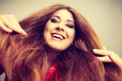 Donna positiva felice con capelli marroni lunghi Fotografie Stock Libere da Diritti