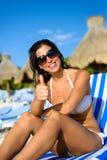 Donna positiva sulla vacanza alla spiaggia tropicale della località di soggiorno Fotografie Stock