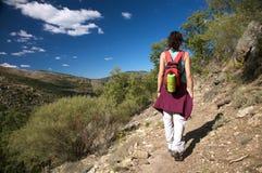 Donna posteriore che fa un'escursione nei gredos Immagine Stock