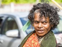 Donna povera di supplica anziana sulla via del villaggio fotografia stock libera da diritti