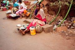 Donna povera vicino alla strada Fotografia Stock