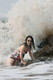 Donna praticante il surfing fotografie stock libere da diritti