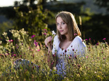 Donna in prato di fioritura Fotografia Stock Libera da Diritti