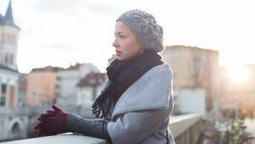 Donna premurosa all'aperto il giorno di inverno freddo Immagine Stock Libera da Diritti