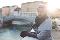 Donna premurosa all'aperto il giorno di inverno freddo Immagini Stock