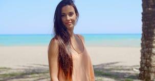 Donna premurosa alla spiaggia che esamina distanza video d archivio