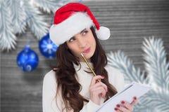 Donna premurosa in cappello di Santa che fa una lista di obiettivi Immagine Stock Libera da Diritti
