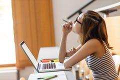 Donna premurosa che utilizza computer portatile nell'aula Fotografia Stock