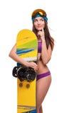 Donna premurosa in costume da bagno che abbraccia snowboard Fotografia Stock