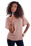 Donna premurosa dell'afroamericano che osserva in su Fotografia Stock