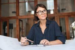 Donna premurosa di affari in occhiali Immagini Stock
