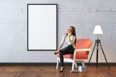 Donna premurosa nella sala con il tabellone per le affissioni Fotografia Stock Libera da Diritti