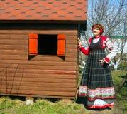Donna in prendisole nazionali russe immagini stock libere da diritti