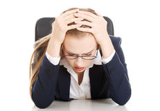 Donna preoccupata e triste di affari che si siede dalla tavola. Immagini Stock