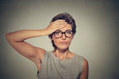 Donna preoccupata triste con il pensiero di emicrania immagini stock