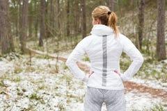Donna prima dell'allenamento in foresta Fotografie Stock Libere da Diritti