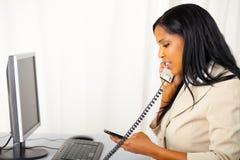 Donna professionale che comunica sul telefono Fotografia Stock