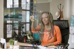Donna professionale che fa funzionare uno schermo di computer futuristico immagini stock libere da diritti