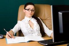 Donna professionale che lavora nell'ufficio Immagini Stock Libere da Diritti