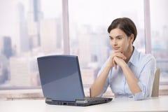 Donna professionale con il computer portatile Fotografie Stock Libere da Diritti
