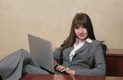 Donna professionale sexy su un computer portatile fotografia stock libera da diritti