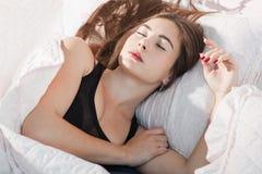 Donna profondamente addormentata in ritratto di mattina immagini stock