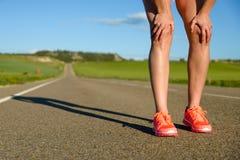 Donna pronta per correre sulla strada Fotografia Stock