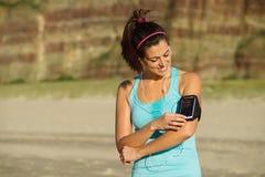 Donna pronta per l'allenamento corrente della spiaggia di forma fisica Fotografie Stock Libere da Diritti